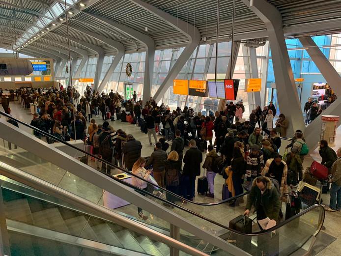 Eindhoven Airport had vorig jaar veel last van de dichte mist. Ook op 31 december stond de terminal door de vertragingen vol met reizigers.