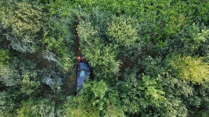Auto belandt diep in de groenstrook op de Midden-Brabantweg bij Sprang-Capelle