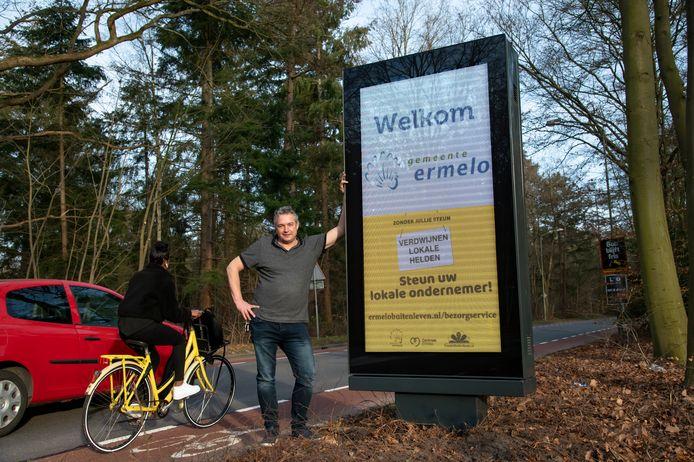 Bert Onderweegs bij een van de nieuwe ledborden in de gemeente Ermelo.   Fotobonnummer: DS-2021-7785 © Ruben Schipper Fotografie