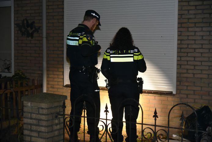 Agenten onderzoeken de woning die is beschoten.