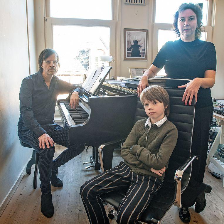 Pianist Maurits Fondse met zoon Herman en echtgenote Britta. Beeld Guus Dubbelman / de Volkskrant