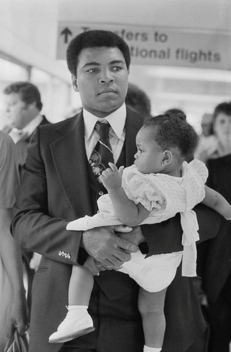 Muhammad Ali en zijn dochter Hana in 1977 Beeld Getty Images