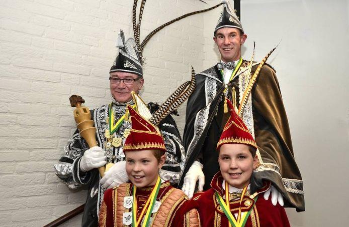 Theo Bosch (l) is de stadsprins van Zevenaar. Voor hem staat jeugdprins Wessel te Witt. Naast de prinsen hun adjudanten Mark Bosch en Koen Polman.