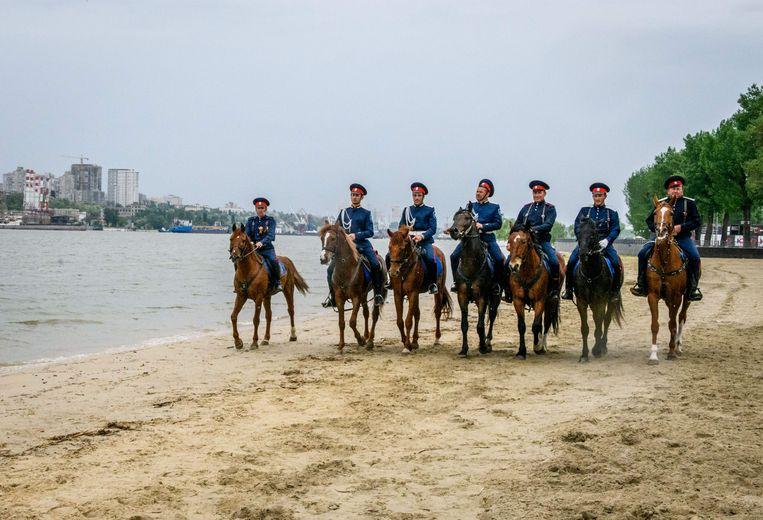 Kozakken slijpen hun paardrijvaardigheden bij in Rostov, een van de speelsteden van het WK.  Beeld AFP