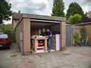 Willem van Beek bezig in zijn garage waar hij de onderdelen bouwt voor zijn eenpersoons vliegtuigje.