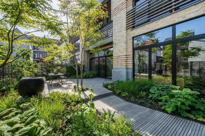 De bewoners zien hun tuin als een uitbreiding van hun woonkamer. Ze zetten vaak de grote ramen open waardoor de binnen- en buitenruimte naadloos in elkaar overvloeien.
