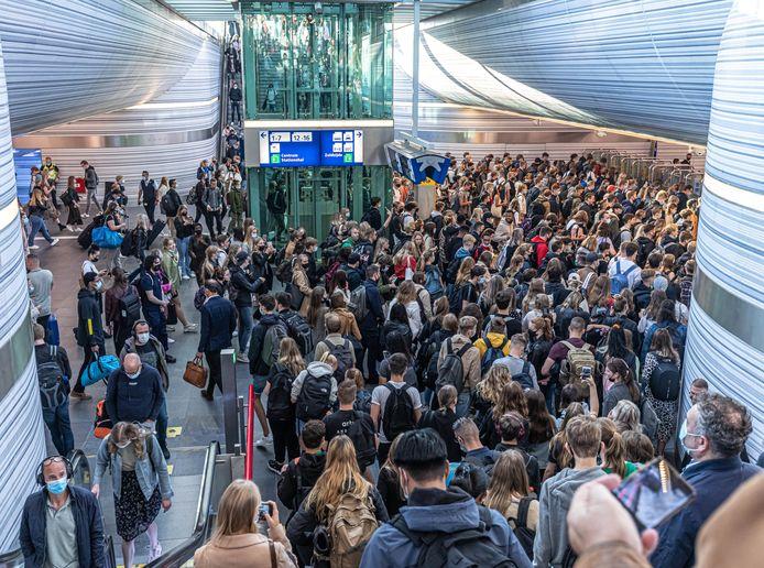 Grote drukte in de stationstunnel van station Zwolle rond 08.00 uur als de vele studenten naar het busstation en de uitgang moeten.