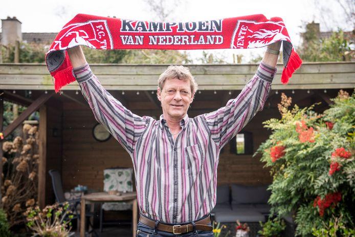 Peter Mos (60) met zijn FC Twente-shawl en het gezin (zijn vrouw José, zoon Martijn en dochter Susan). Hij liet afgelopen zaterdag euthanasie uitvoeren.