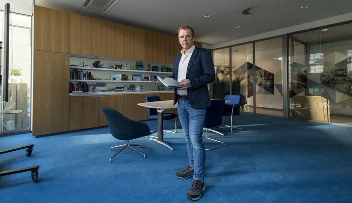 PvdA-voorman Arjan de Vries heeft onlangs een wob-verzoek ingediend bij de gemeente, om de onderste steen boven te krijgen over bezuinigingen. Dat een raadslid dat doet, is hoogst ongebruikelijk.