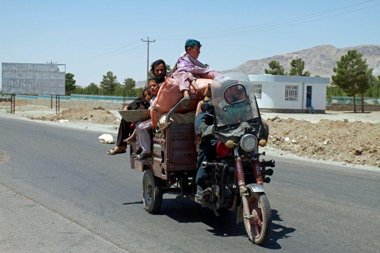 Een familie vlucht voor gevechten tussen het Afghaanse leger en de Taliban, vlak bij de stad Herat.  Beeld AP