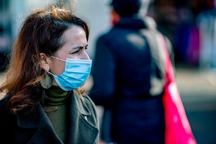 Dame met een mondkapje, overigens niet in Deventer en ook niet behorend tot de doelgroep in het artikel