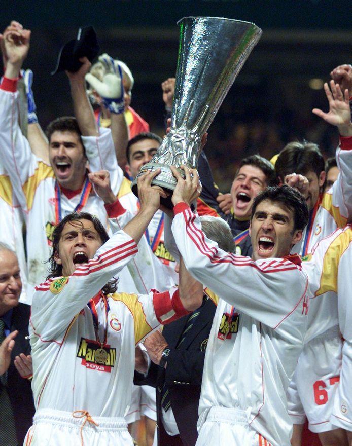 Hakan Sükür (r) met de UEFA Cup die hij in 2000 won met Galatasaray.