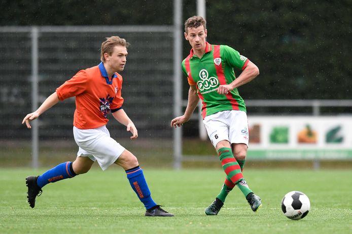 Joery Verbeek (rechts) gaat van VELO naar Verburch. Hier komt hij op archiefbeeld in actie tegen zijn nieuwe club, waar Xander Damen te laat is.