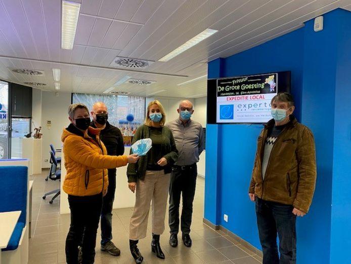 Ronny Stoffelen (uiterst rechts) wint de fotozoektocht. Initiatiefnemers Marleen Hellings (links) en Ronny Luyckx (tweede links) van Frituur De Grote Goesting en Inge Goyvaerts (midden) en Dirk Kennis (tweede rechts) van Experta Verzekeringen overhandigden woensdag de Sint-Antonius cheques