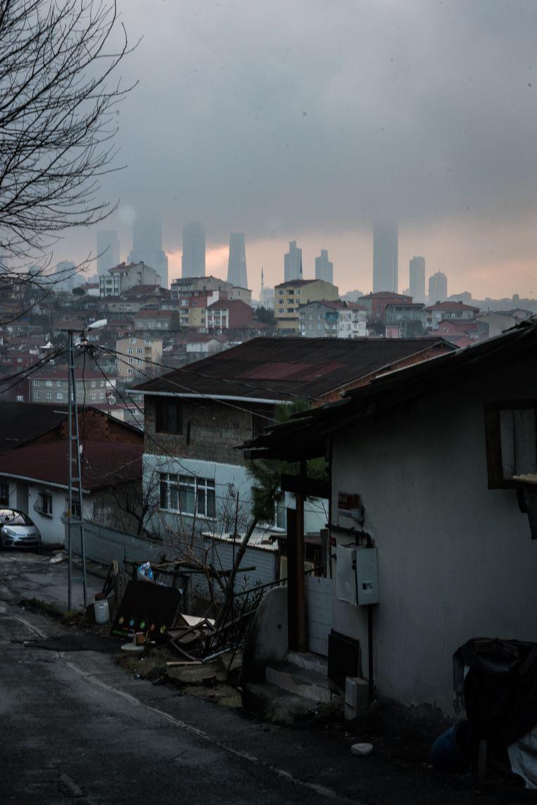 Vanuit de wijk Küçük Armutlu zijn naar het zuiden de wolkenkrabbers van het financiële district Levent te zien.  Beeld Zolin Nicola