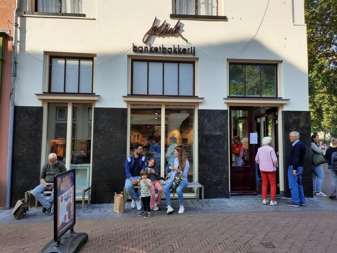 Rond half vijf was de stroom terug en floepten de lampen weer aan bij bakker Jolink en de andere winkels in en rond de Laarstraat.