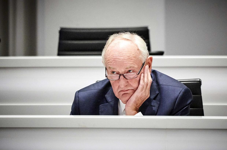Waarnemend burgemeester Johan Remkes debatteert met de Haagse gemeenteraad over het door de Onderzoeksraad voor Veiligheid gepresenteerde kritische rapport over de aanpak van de traditionele vuurstapels op de stranden van Scheveningen en Duindorp.