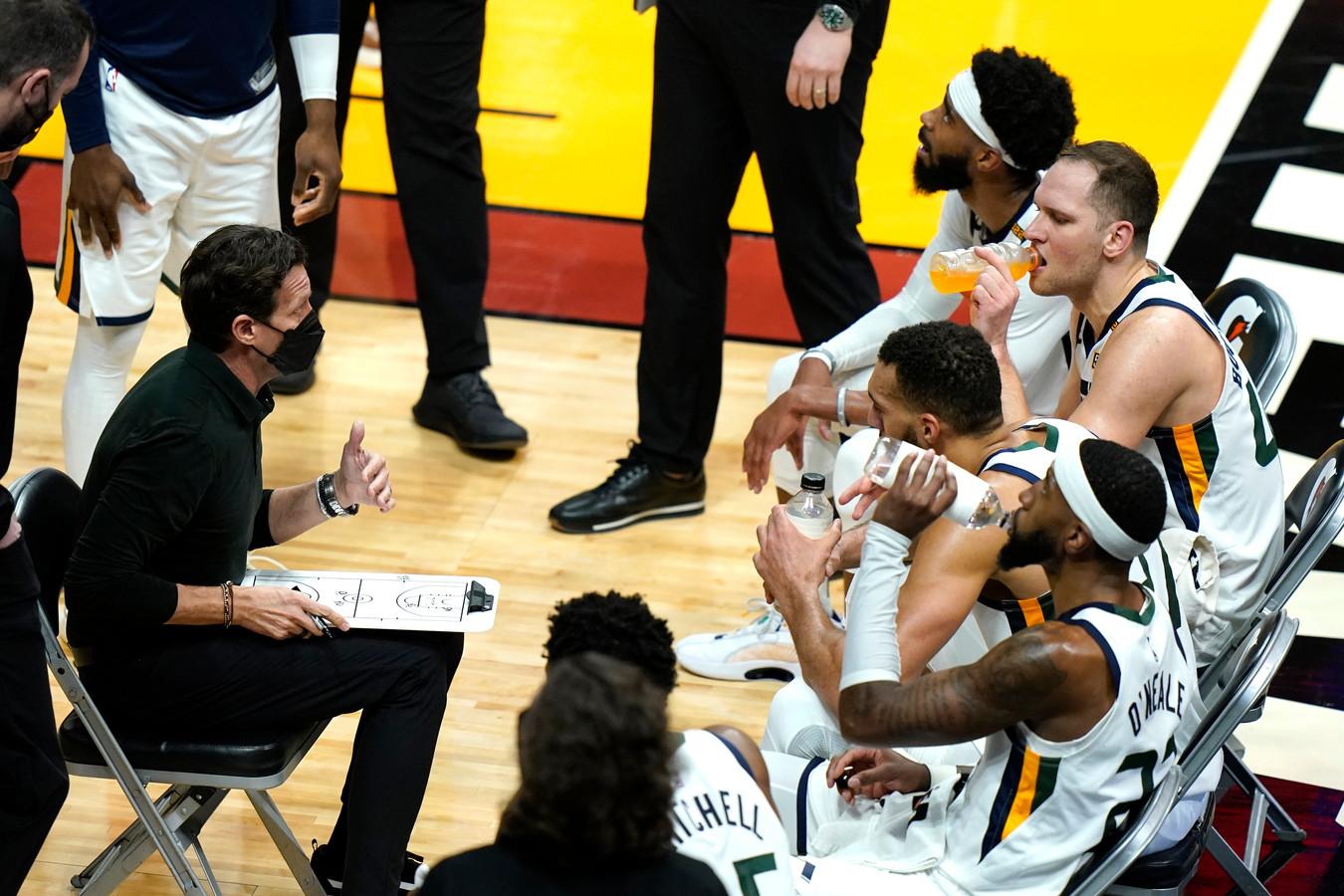 Utah Jazz-coach Quin Snyder geeft instructies aan zijn spelers.