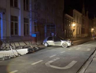 Auto knalt tegen stelling, die instort en op straat belandt
