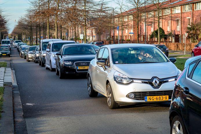 Bewoners van de Akkerstraat vrezen sluipverkeer en drukte, zoals op deze foto, die elders in Nederland is gemaakt.