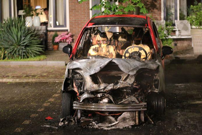 Het uitgebrande voertuig op de Schaepmanlaan.