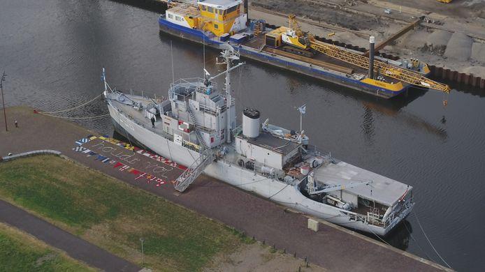 Museumschip Mercuur in het dok in Vlissingen heeft de boodschap verpakt in seinvlaggen: houd vol.