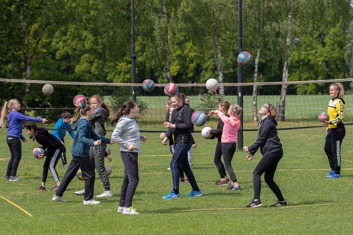 Vanaf 2 maart mogen ook jongeren tot en met 27 jaar weer in teamverband sporten, zolang dat maar buiten gebeurt.