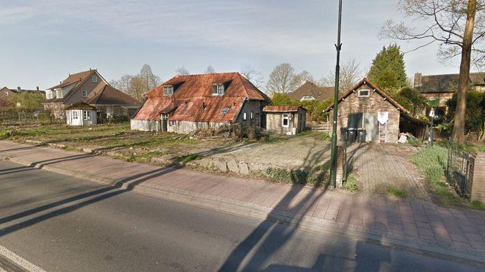 De boerderij uit 1700 aan de Wilhelminalaan 116 en 118 in Beuningen. Op het perceel komen twee  nieuwbouwwoningen.