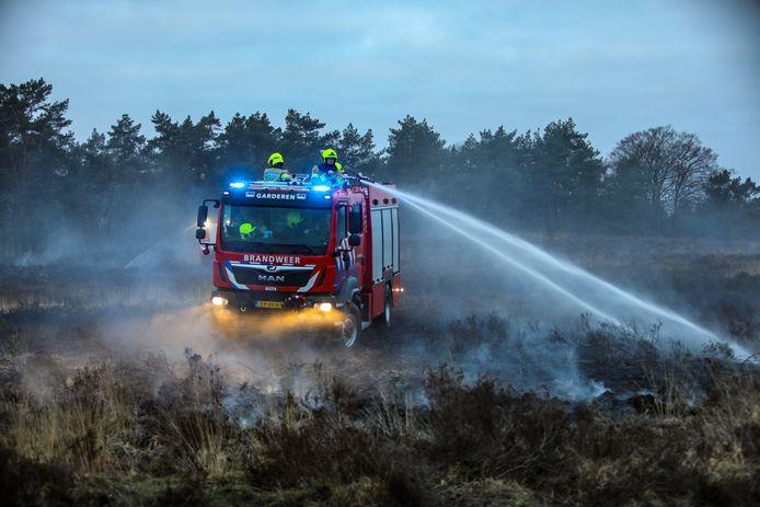 Een stuk heide van ongeveer 100 bij 100 meter is zondagochtend ik vlammen op gegaan langs de Aardhuisweg tussen Hoog Soeren en Uddel.