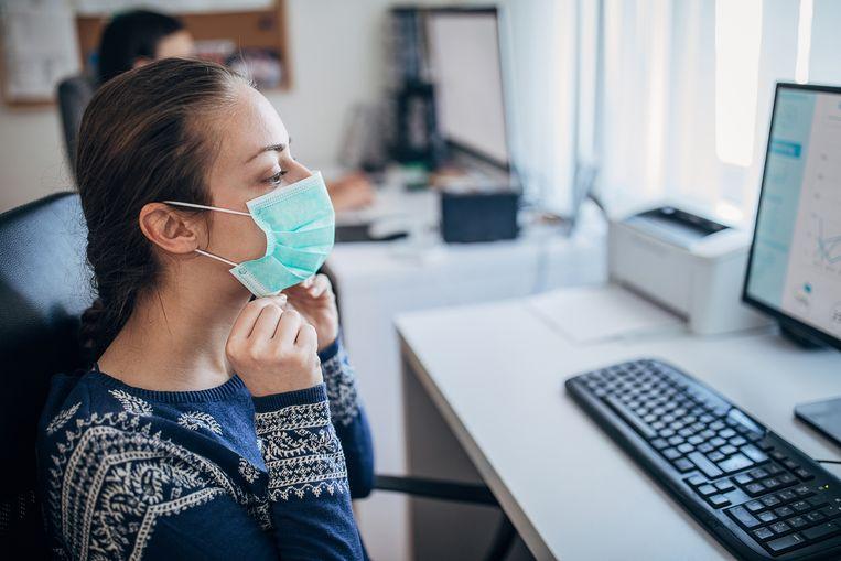 Sommige bazen vinden het overdreven dat iemand zijn of haar mondmasker draagt. Beeld Getty Images