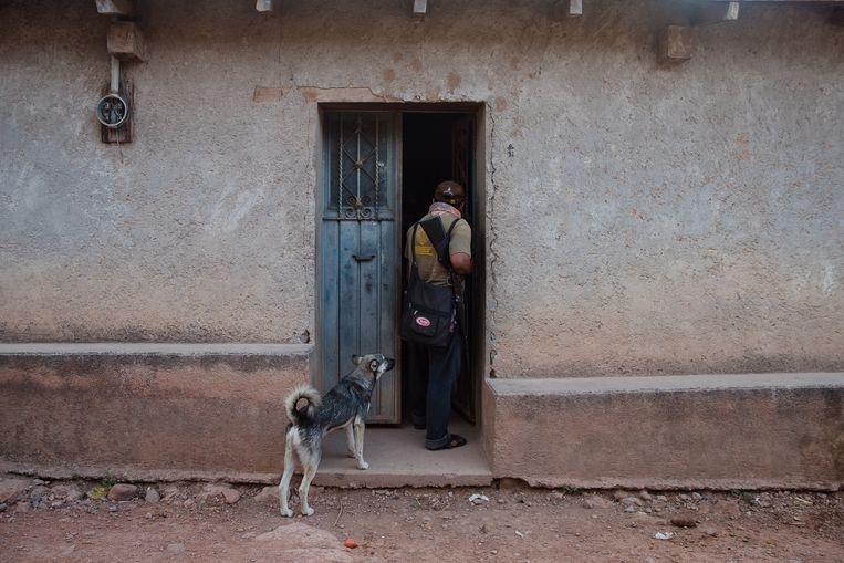Burgerwachtcommandant Luis loopt even langs bij een buur: 'Het is toch te gek voor woorden dat sommige kinderen niet eens 100 meter buiten het dorp naar school durven?' Beeld ARIANA DREHSLER