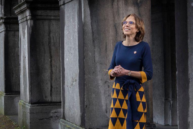 Carla Dik-Faber op haar favoriete plek op het Binnenhof, voor de Ridderzaal.  'Alles hier ademt historie. Ik vind het elke dag weer bijzonder dat ik in de voetstappen loop van illustere voorgangers. Dierbare herinneringen heb ik aan Prinsjesdag in de Ridderzaal, in het bijzondere die ene keer dat mijn ouders erbij waren.' Beeld Werry Crone