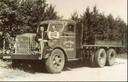 De vader van Rinus, Anton Rynart, op de Amerikaanse Mack net na de Tweede Wereldoorlog. Links van hem chauffeur Jos Schoonen.