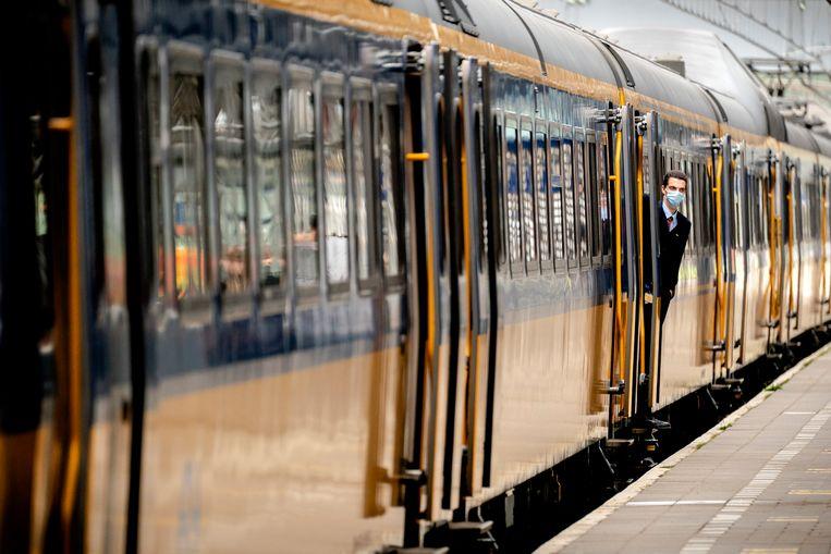 Het RIVM raadt 70-plussers en andere kwetsbare groepen af om gebruik te maken van het openbaar vervoer. Beeld Hollandse Hoogte / Nederlandse F