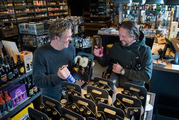 Ramses Snoeij (links) kan ondanks alle malheur toch nog lachen. Zeker ook dankzij de steun die hij ontvangt, onder andere van Koos Hartman (eigenaar van Het Bierhuis in Breda) die een actie heeft opgezet om de getroffen bierbrouwer te steunen.