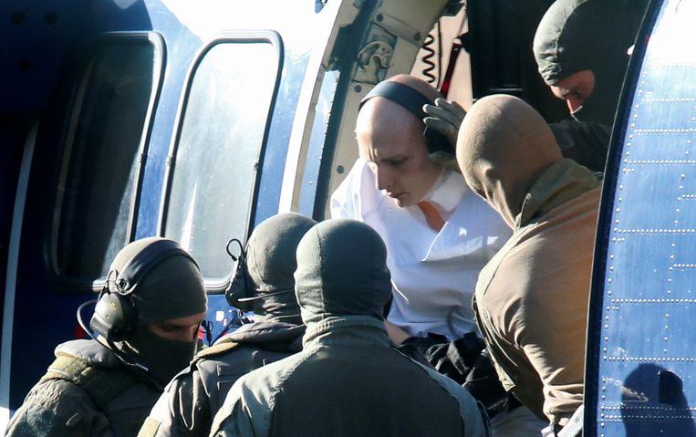 Stephan B. wordt door politieagenten geëscorteerd. Beeld REUTERS