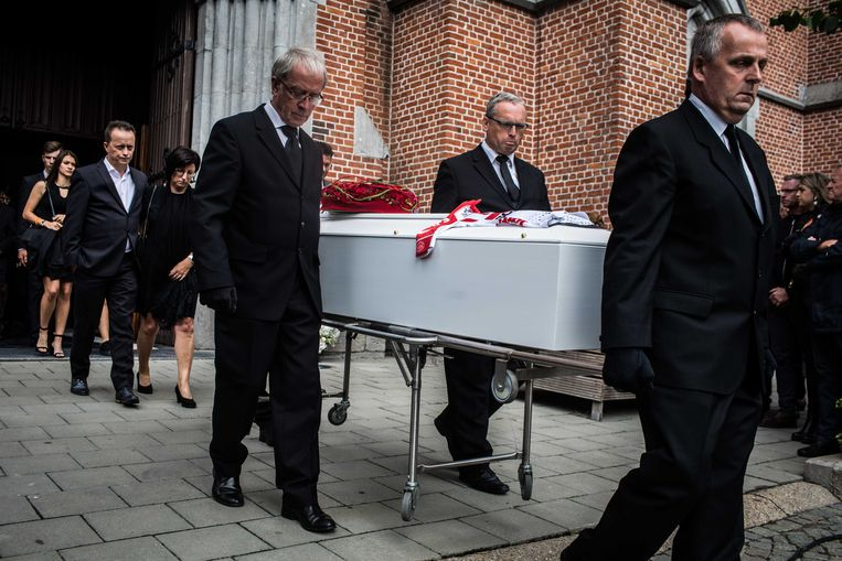 De kist wordt de kerk uitgedragen, met daarachter de ouders van Lambrecht.  Beeld Bas Bogaerts