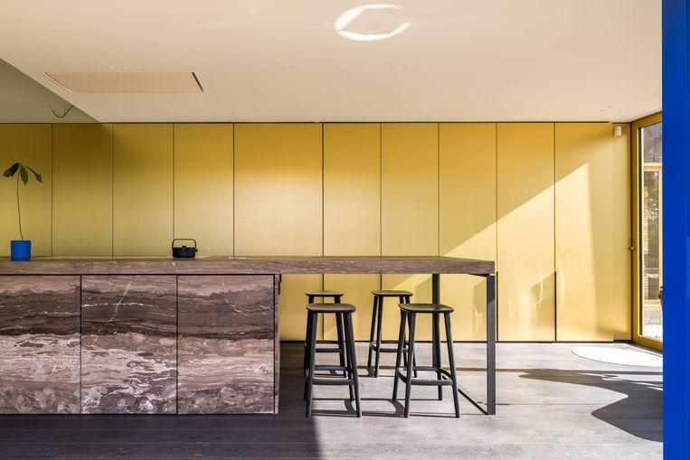 De keuken is is volledig gehuld in goud en marmer.  Beeld Luc Roymans