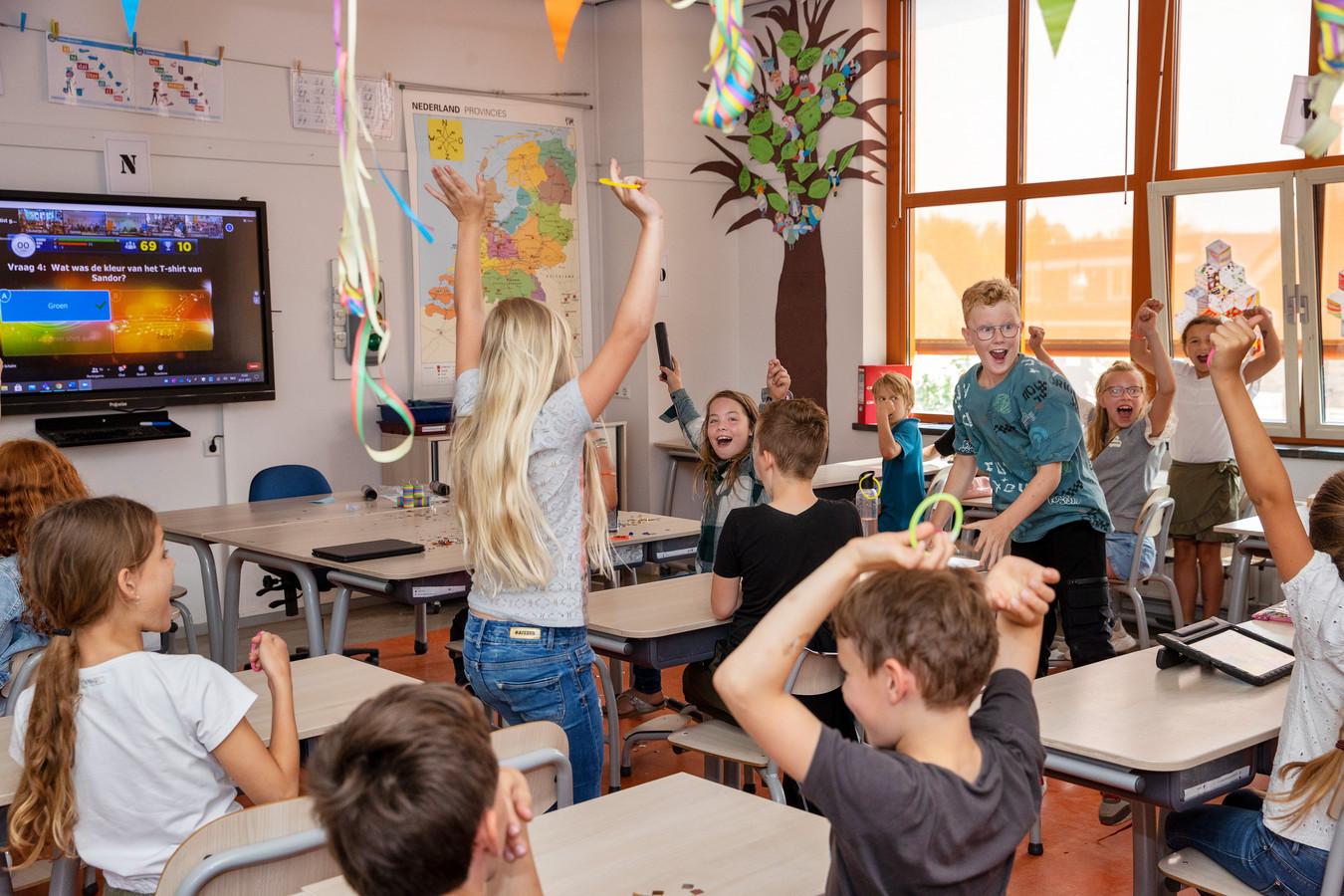 Groep 6  van basisschool St. Jan Baptist juicht als er weer een vraag goed is beantwoord tijdens het Grote Chaos Confettifestival.