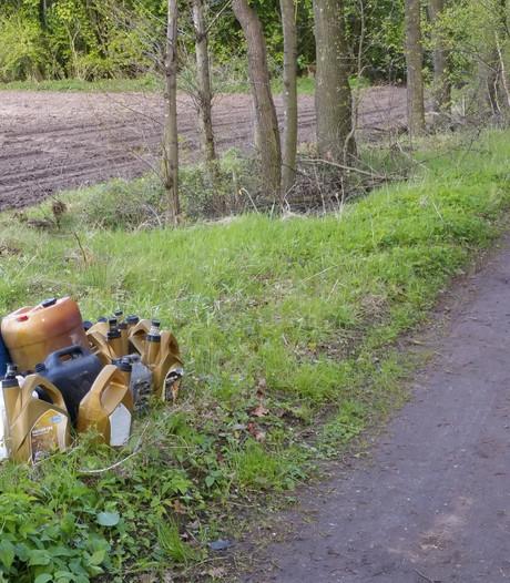 Ruim 100 liter gevaarlijk afval gedumpt in berm bij Lievelde