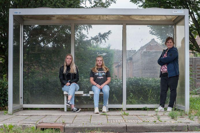 Annemiek Kuijper (rechts), baalt net als haar dochter Sterre (rechts) en vriendin Silvie dat de buurtbus van Tiel naar Zaltbommel nog steeds niet rijdt.