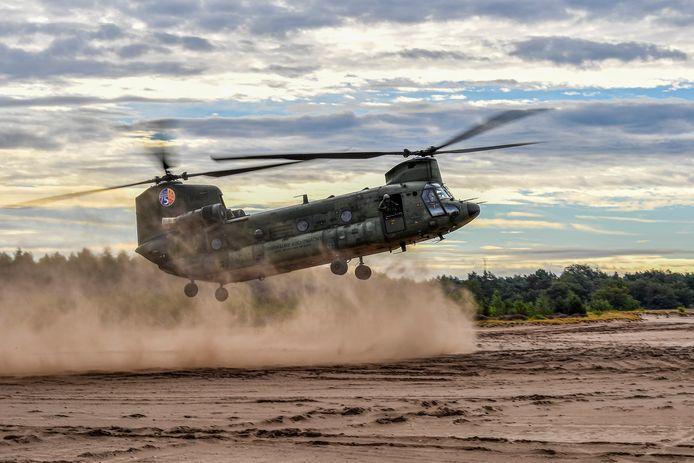 Een zandlanding met een Chinook. De vlieger ziet nagenoeg niets als de zandwolk de helikopter inhaalt. Hij krijgt dan aanwijzingen van de loadmaster die half uit de machine hangt.
