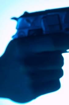 Beruchte oplichter laat spoor van bedrog en geweld in deze regio achter maar wijkt voor druk van rechtszaak