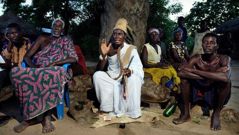 De dorpspriester van Bakpa Kebenu, Volta-regio, Ghana: 'Toen er nog vrouwen in de tempel waren, was er altijd vreugde.' Beeld Sven Torfinn / de Volkskrant