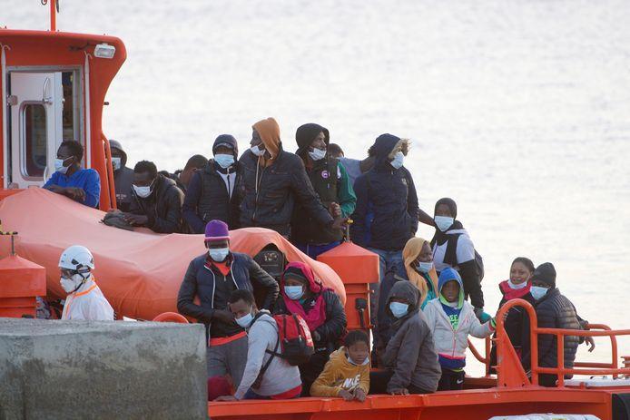 Een reddingsboot met migranten loopt op Tweede Kerstdag de haven van El Rosario in Fuerteventura, op de Canarische Eilanden binnen.