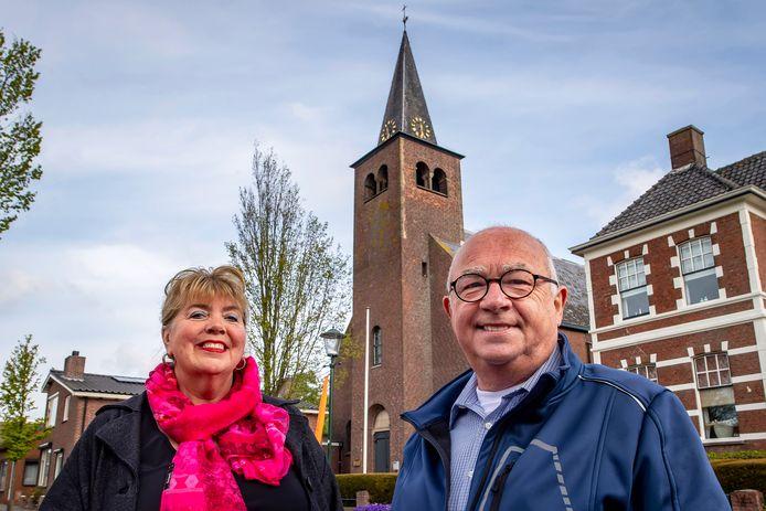 Marianne van der Pol en Louis Minnebach balen ervan dat de kerkklok van Woensdrecht stil blijft staan op half zes. Een vrijwilliger mag er niet mee aan de slag en de parochie heeft geen geld voor een reparatie.