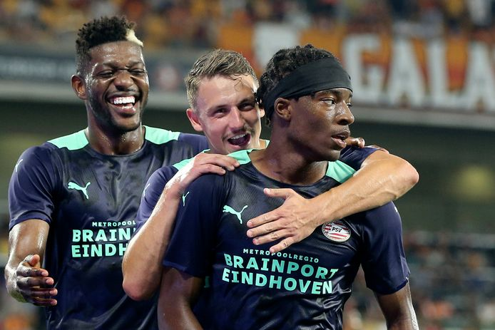 PSV viert de treffer van Noni Madueke.