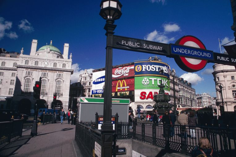 Ingang naar metrostation Piccadilly Circus in Londen. Beeld Getty Images