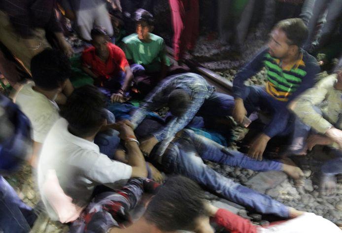 Een huilende man werpt zich op het lichaam van zijn omgekomen broer