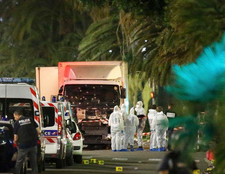 De vrachtwagen waarmee een terrorist de Promenade des Anglais opreed vlak na het vuurwerk in Nice, op 14 juli. Beeld REUTERS